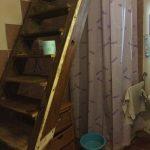 Badkamer: trap naar slaapkamer en erachter de douche