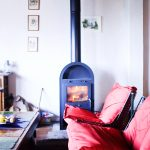 Gite: woonkamer met houtkachel